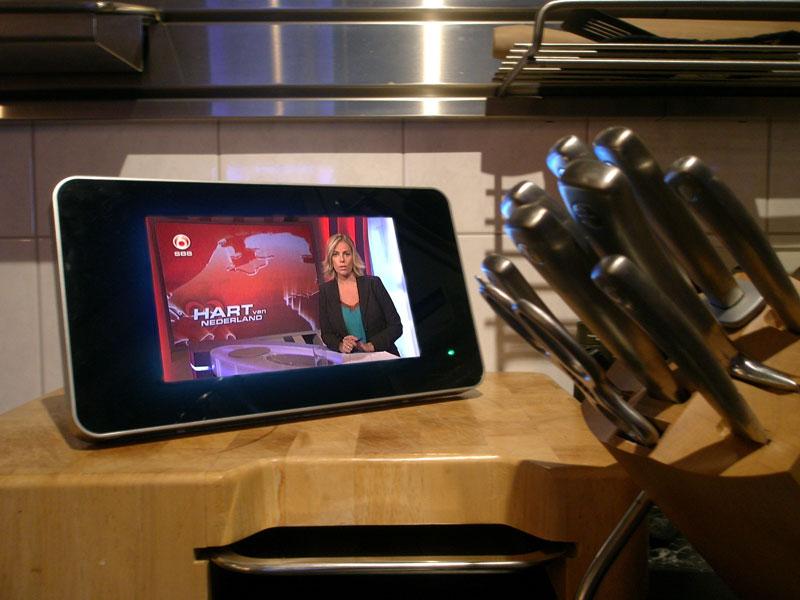 Tv In Keuken : Houten gouden keuken met eetkamer tv en veel vensters aan balkon